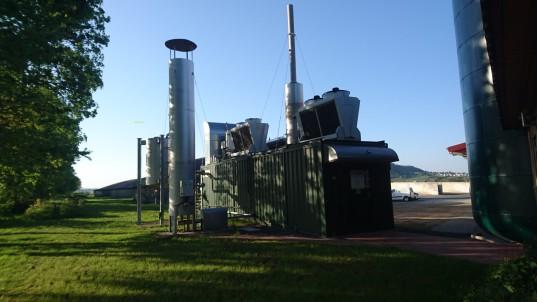 BHKW-Container der BGA Mardorf mit Kühlern auf dem Dach und Gasfackel im Vordergrund